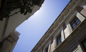Los Antiguos Juzgados vistos por la calle Alhóndiga / Fran Piñero