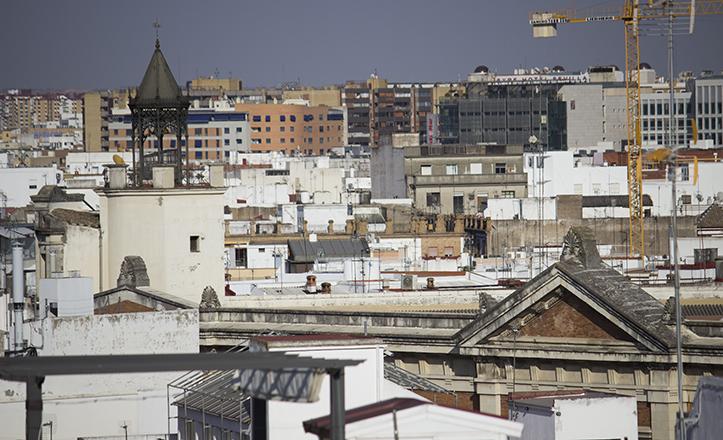 El torreón, con chapitel y mirador en hierro, y frontón del Archivo Provincial, entre el caserío / Fran Piñero