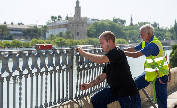 Colocación de la barandilla de seguridad en la calle Betis / Juan José Úbeda