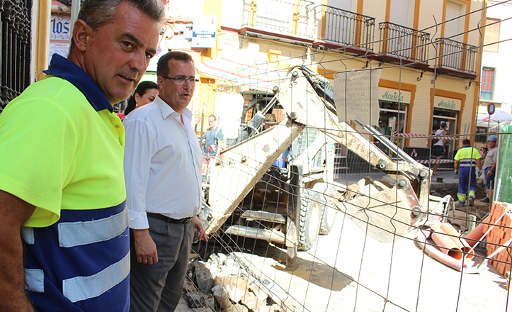 El delegado del Distrito Casco Antiguo, Juan Carlos Cabrera, visita las obras de José Gestoso