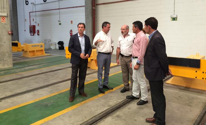 Juan Espadas visita las cocheras del Metrocentro junto a Francisco Arteaga