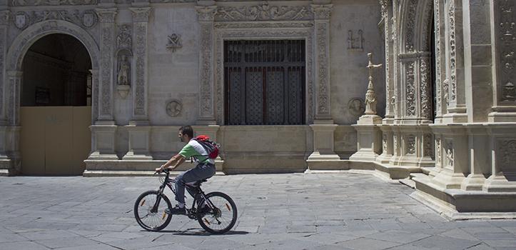 Por su ubicación, la Cruz de «Las Siete Cabezas» no siempre es observada por quien transita la Plaza de San Francisco / Fran Piñero