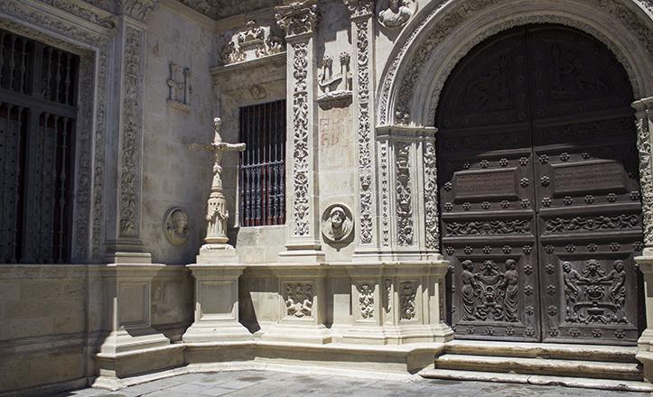 Entre la Sala Capitular y el Arquillo del Ayuntamiento se encuentra la Cruz de la Inqusición / Fran Piñero