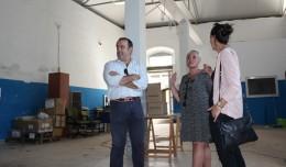 La delegada del Distrito San Pablo-Santa Justa en el edificio a rehabilitar de la calle Muñoz Seca
