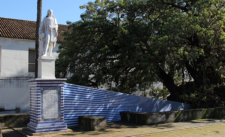 Monumento a Cristóbal Colón en el antiguo Monasterio de La Cartuja, lugar donde «descansaron» sus restos / Fran Piñero