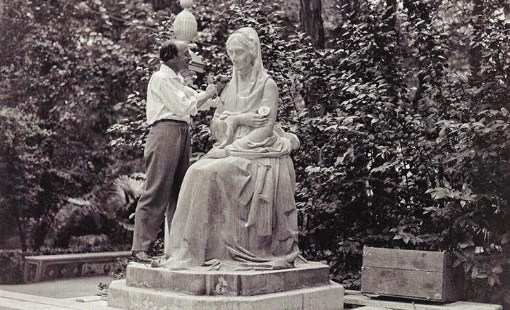 Pérez Comendador hace unos últimos retoques en la estatua original, que dejó su espacio a la actual réplica / Archivo Serrano