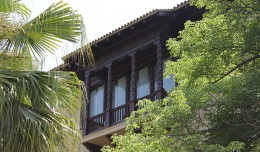 Balconada con tejaroz en madera de caoba del Pabellón de Cuba para la Exposición Iberoamericana de 1929 / Fran Piñero