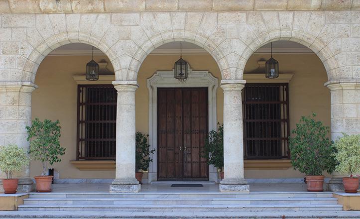 Porche del Pabellón cubano, inspirado en la Casa del Gobierno de La Habana y realizado en piedra Jaimanita / Fran Piñero