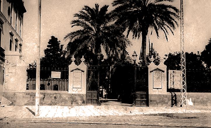 Verja y acceso al Teatro-circo Eslava, por la calle Almirante Lobo, a comienzos del siglo XX