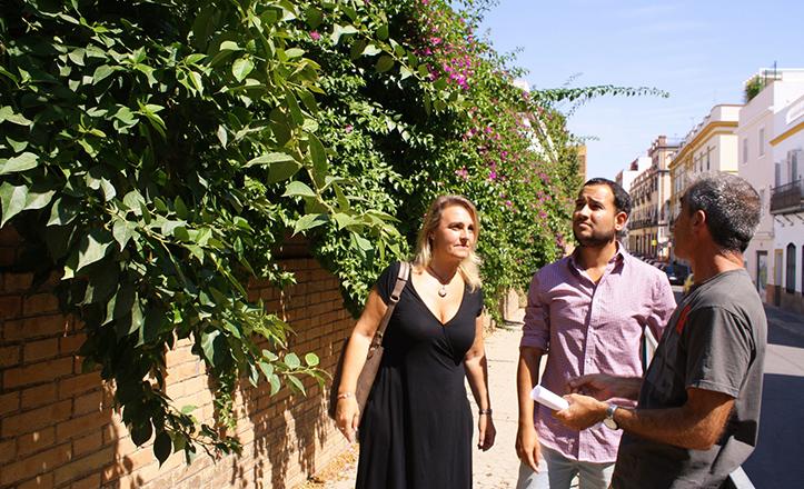 Daniel González Rojas y Eva Oliva junto a las buganvillas del CEIP Altos Colegios Macarena