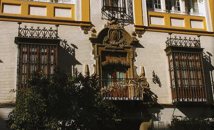 Detalle de la fachada del número 14 de la calle Canalejas, obra de Juan Talavera y Heredia