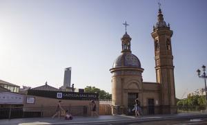 Lugares del callejero de Sevilla donde santiguarse es tradición