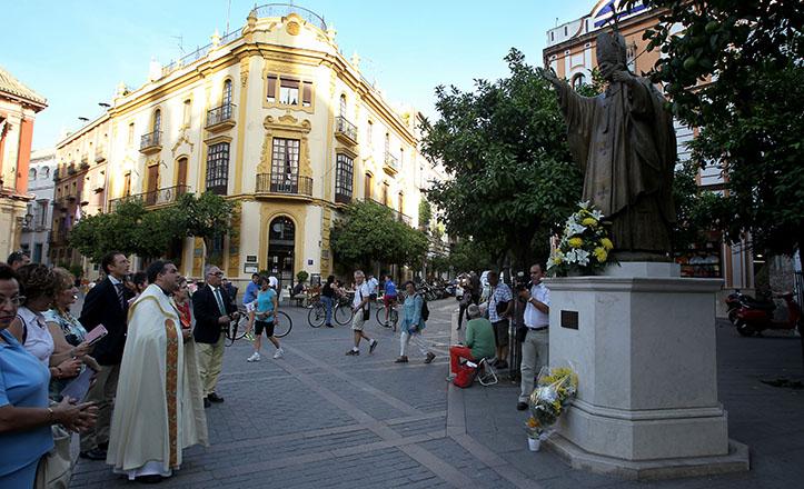 Ofrenda floral en la plaza Virgen de Los Reyes al monumento del Papa Juan Pablo II, ya canonizado / Raúl Doblado
