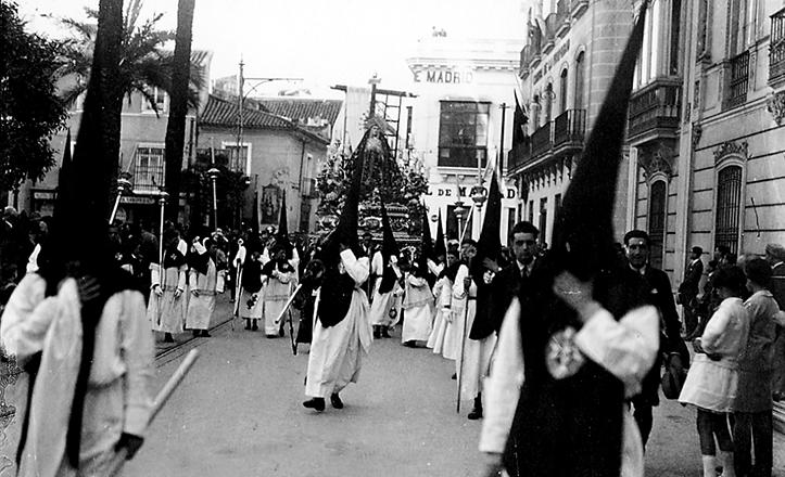 Insólita estampa de la cofradía de La Soledad de San Buenaventura en los años 30, llegando a la Magdalena desde una irreconocible Méndez Núñez
