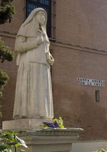 Estatua de Santa Ángela / G. Lobato