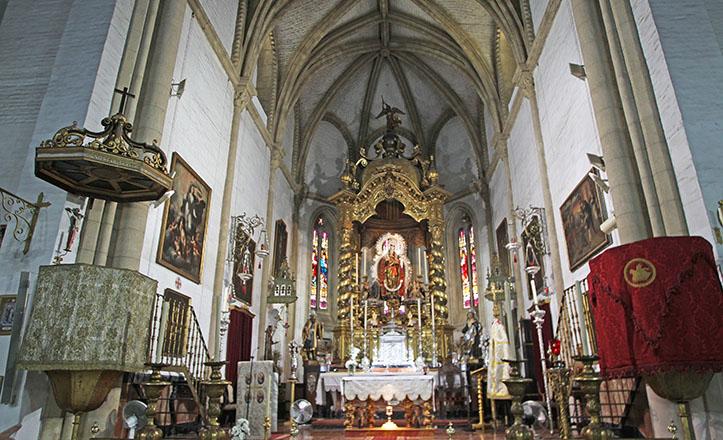 Presbiterio de Omnium Sanctorum, con el templete de La Virgen de Todos Los Santos y el ábside de nervadura gótica / Raúl Doblado