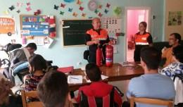 Técnicos de protección civil explicando cómo actuar en caso de accidente en la Unidad de Estancia Diurna de Adca