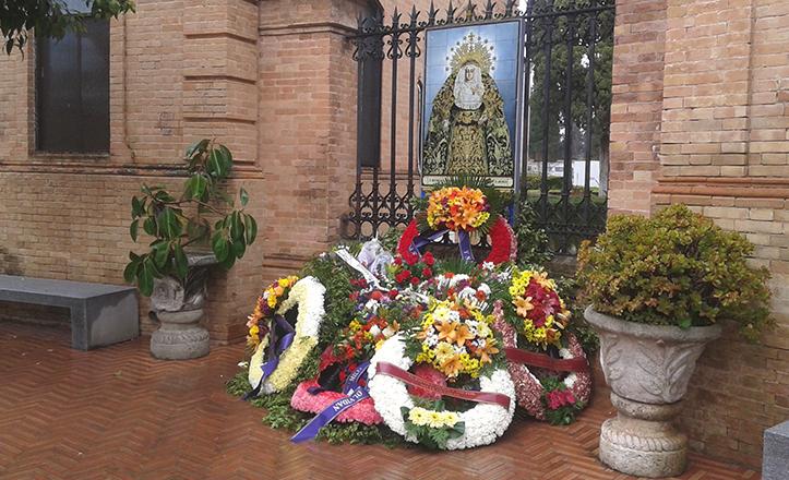 El azulejo en honor a la Soledad de San Lorenzo, siempre con un «monte» de coronas florales a sus pies / Fran Piñero