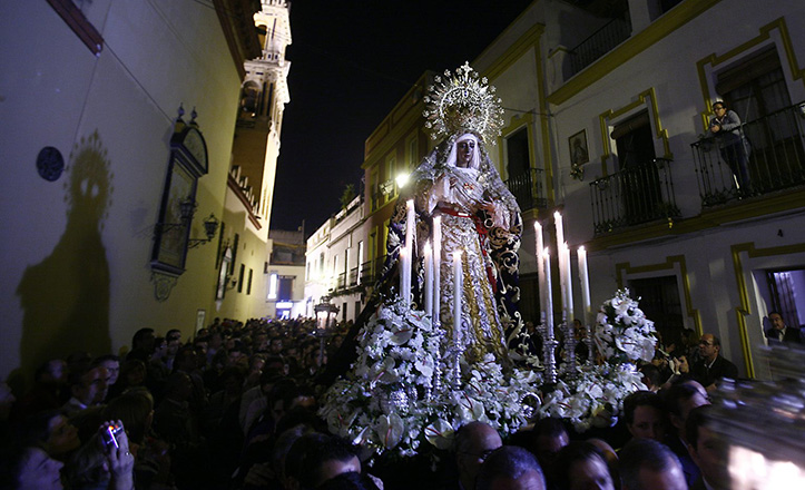 La Esperanza de Triana avanza por una tenue Vázquez de Leca en el regreso de su anual traslado a Santa Ana / Raúl Díaz