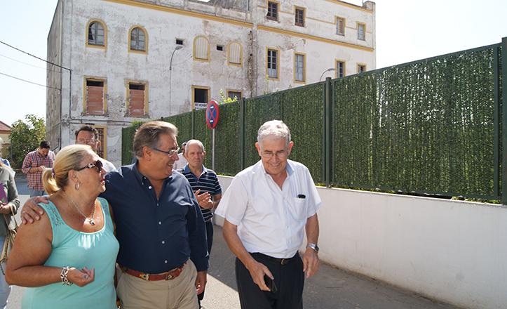 Zoido visita la barriada de Pineda