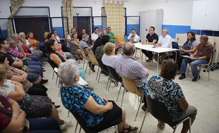 Juan Manuel Flores con los vecinos de Palmete