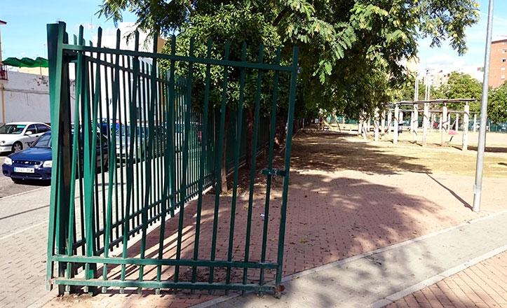 La puerta de entrada al parque, descolgada en los últimos actos vandálicos