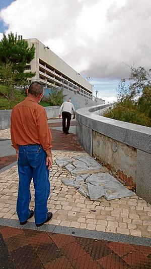 Losas de granito caídas en el parque La Pata
