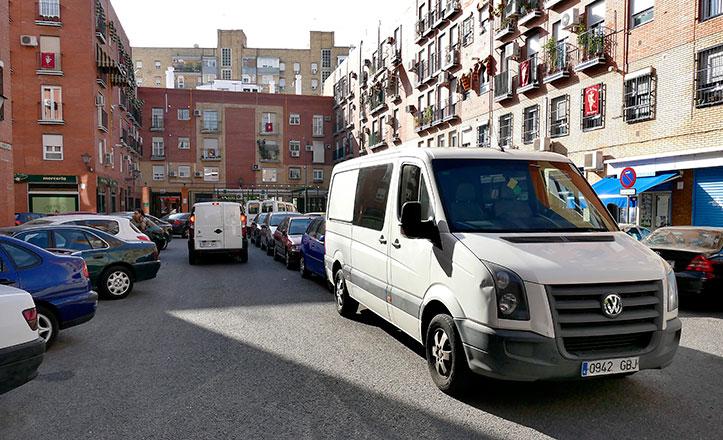 Calle Luz Arriero repleta de coches