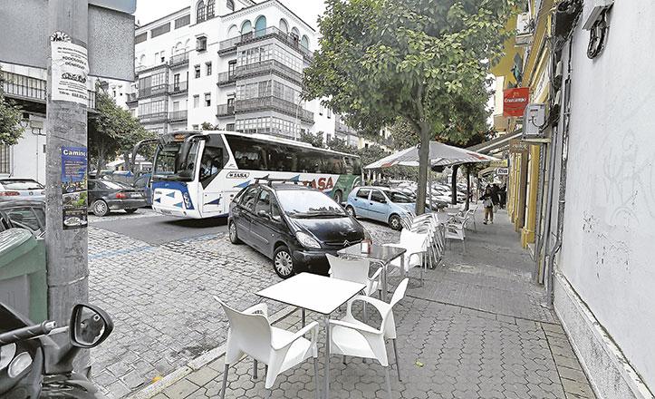 Los veladores saturan la avenida de Málaga, en el Prado, que soporta además el paso continuo de autobuses
